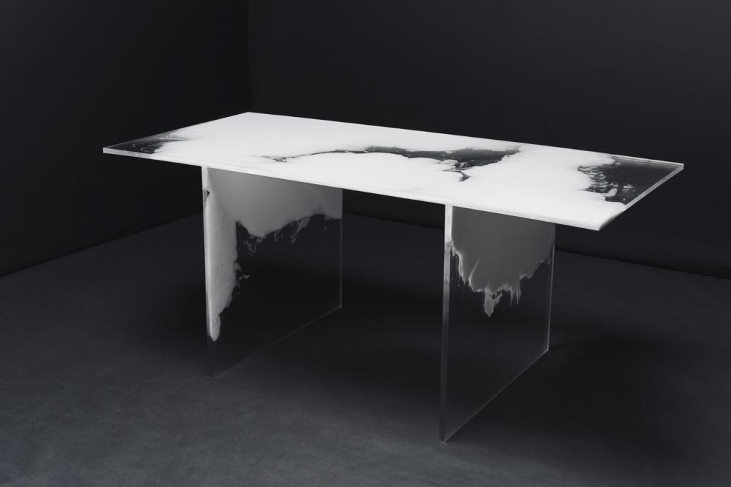 Tisch aus Gießharz